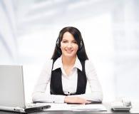 Operador de la atención al cliente que trabaja en una oficina del centro de atención telefónica imagen de archivo