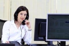 Operador de la atención al cliente en el centro de atención telefónica Foto de archivo libre de regalías