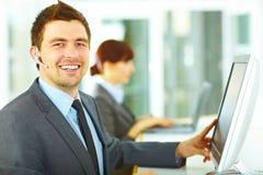 Operador de la atención al cliente en oficina Fotografía de archivo