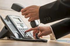 Operador de la comunicación que marca un número de teléfono Foto de archivo