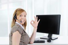 Operador de la muchacha en el trabajo en la oficina. foto de archivo libre de regalías