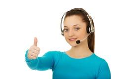 Operador de la mujer del centro de atención telefónica con los pulgares para arriba Imagen de archivo libre de regalías