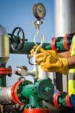 Operador de la producción petrolífera de petróleo y gas Imágenes de archivo libres de regalías