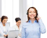 Operador de sexo femenino amistoso del servicio de ayuda en la oficina Imagenes de archivo