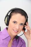 Operador de sexo femenino de la atención al cliente con el receptor de cabeza Fotografía de archivo libre de regalías