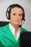 Operador de sexo femenino de la atención al cliente con el receptor de cabeza Imagen de archivo libre de regalías