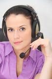 Operador de sexo femenino de la atención al cliente con el receptor de cabeza Imágenes de archivo libres de regalías