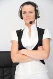 Operador de sexo femenino de la atención al cliente con el receptor de cabeza Fotos de archivo