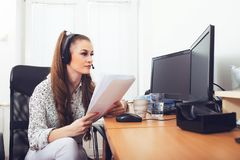 Operador de sexo femenino de la atención al cliente imagenes de archivo