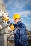 Operador de sistema en la producción petrolífera de petróleo y gas Imágenes de archivo libres de regalías