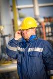 Operador de sistema en la producción petrolífera de petróleo y gas Imagenes de archivo