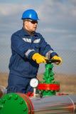 Operador de sistema en la producción petrolífera de petróleo y gas Fotografía de archivo