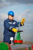 Operador de sistema en la producción petrolífera de petróleo y gas Fotografía de archivo libre de regalías