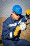 Operador de sistema en la producción petrolífera de petróleo y gas Foto de archivo libre de regalías