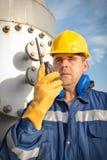 Operador de sistema en la producción petrolífera de petróleo y gas Fotos de archivo