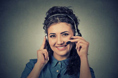 Operador de sorriso feliz do telefone do apoio nos auriculares Fotografia de Stock Royalty Free