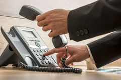 Operador de uma comunicação que disca um número de telefone Foto de Stock