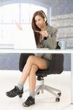 Operador del centro de atención telefónica en zapatos cómodos Fotografía de archivo