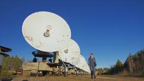 Operador del estudiante de mujer del instituto del equipo de comunicación terrestre solar de los monitores de la física en cuader