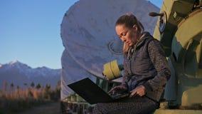 Operador del estudiante de mujer del instituto del equipo de comunicación terrestre solar de los monitores de la física en cuader metrajes