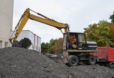 Operador del excavador en su trabajo Foto de archivo