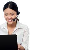 Operador del puesto de informaciones que comunica con el cliente Imagen de archivo libre de regalías