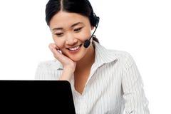 Operador del puesto de informaciones que comunica con el cliente Imágenes de archivo libres de regalías
