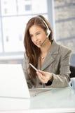 Operador do centro de chamadas no trabalho Foto de Stock
