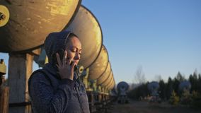 Operador do estudante de mulher do instituto da física terrestre solar que fala em um telefone celular Rádio solar da disposição  vídeos de arquivo