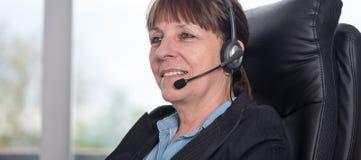 Operador do telefone da sustentação nos auriculares fotos de stock royalty free