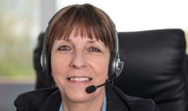 Operador do telefone da sustentação nos auriculares fotografia de stock