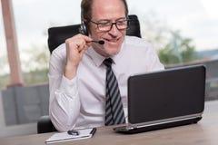 Operador do telefone da sustentação nos auriculares imagens de stock royalty free