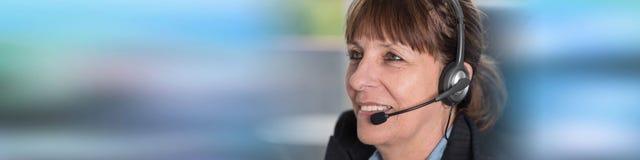 Operador do telefone da sustentação nos auriculares imagens de stock