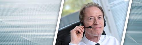 Operador do telefone da sustentação nos auriculares Bandeira panorâmico fotos de stock royalty free