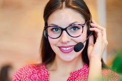 Operador fêmea do apoio ao cliente com auriculares e sorriso fotos de stock royalty free