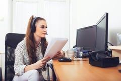 Operador fêmea do apoio a o cliente imagens de stock