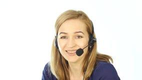 Operador fêmea do telefone do apoio nos auriculares Empregado que trabalha em um centro de atendimento 4K video estoque