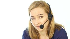 Operador fêmea do telefone do apoio nos auriculares Empregado que trabalha em um centro de atendimento 4K filme