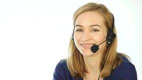 Operador fêmea do telefone do apoio nos auriculares Empregado que trabalha em um centro de atendimento Movimento lento vídeos de arquivo