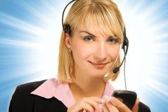 Operador hermoso del teléfono directo con el teléfono celular en su h Imagen de archivo libre de regalías