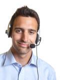 Operador latino com auriculares Fotografia de Stock Royalty Free