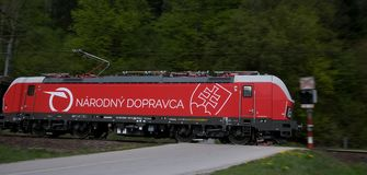 Operador nacional de estradas de ferro eslovacas - Siemens locomotivo fotografia de stock