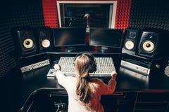 Operador novo da música que controla o som no estúdio imagens de stock