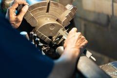 Operador profissional: equipe a máquina de moedura de funcionamento do torno - conceito metalúrgico da indústria Lath do controle fotos de stock royalty free