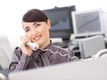 Operador que fala no telefone imagem de stock