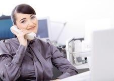 Operador que fala no telefone imagem de stock royalty free