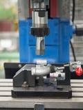 Operador que faz à máquina as peças automotivos pelo centro fazendo à máquina imagens de stock royalty free
