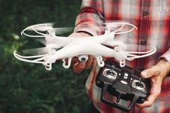 Operador que guarda o controlo a distância e o quadrocopter Fotografia de Stock Royalty Free