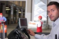 Operador que pressiona chaves no painel de controle Fotografia de Stock Royalty Free