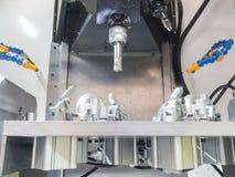 Operador que trabaja a máquina piezas automotrices por el centro de mecanización Imágenes de archivo libres de regalías